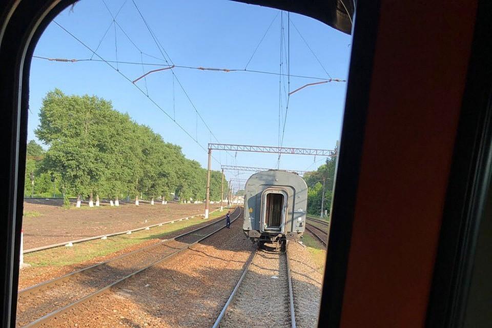 Пассажирский поезд на ходу остался без одного вагона